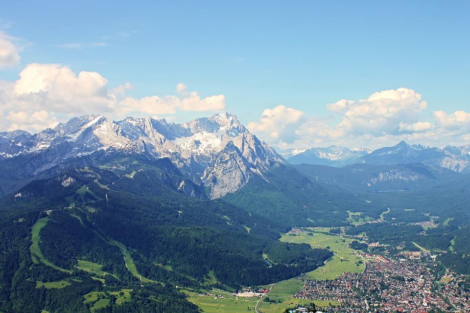 Blick auf Garmisch und die Zugspitze (photo by manfredrichter / pixabay.com)